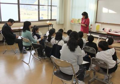 写真:小中学生への福祉教育に講師派遣